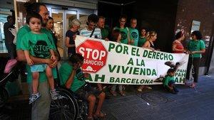 Miembros de la PAH concentrados ante la Agència de l'Habitatge de Catalunya, donde ha tenido lugar el encuentro