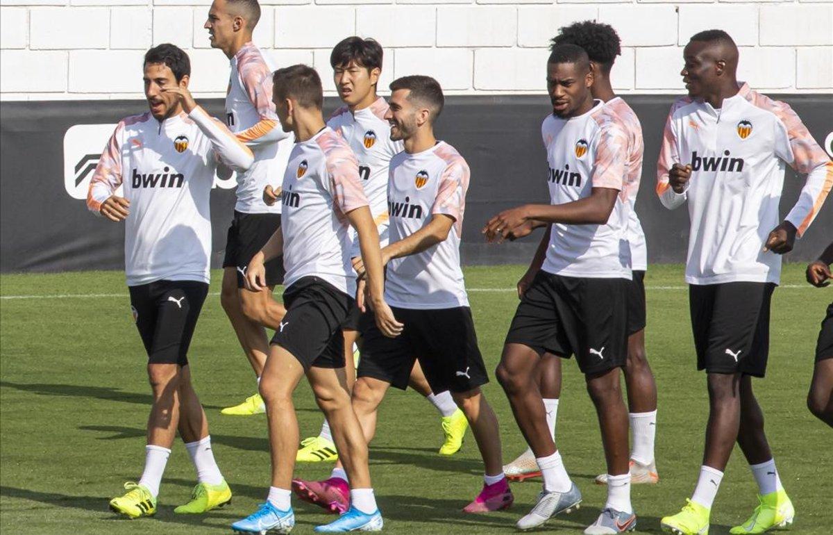 Los jugadores del Valencia, en su último entrenamiento antes del debut en la Champions en el campo del Chelsea