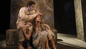 Francesc Colomer y Sara Morera, en una escena de 'La mort i la primavera', en la Sala Petita del TNC.