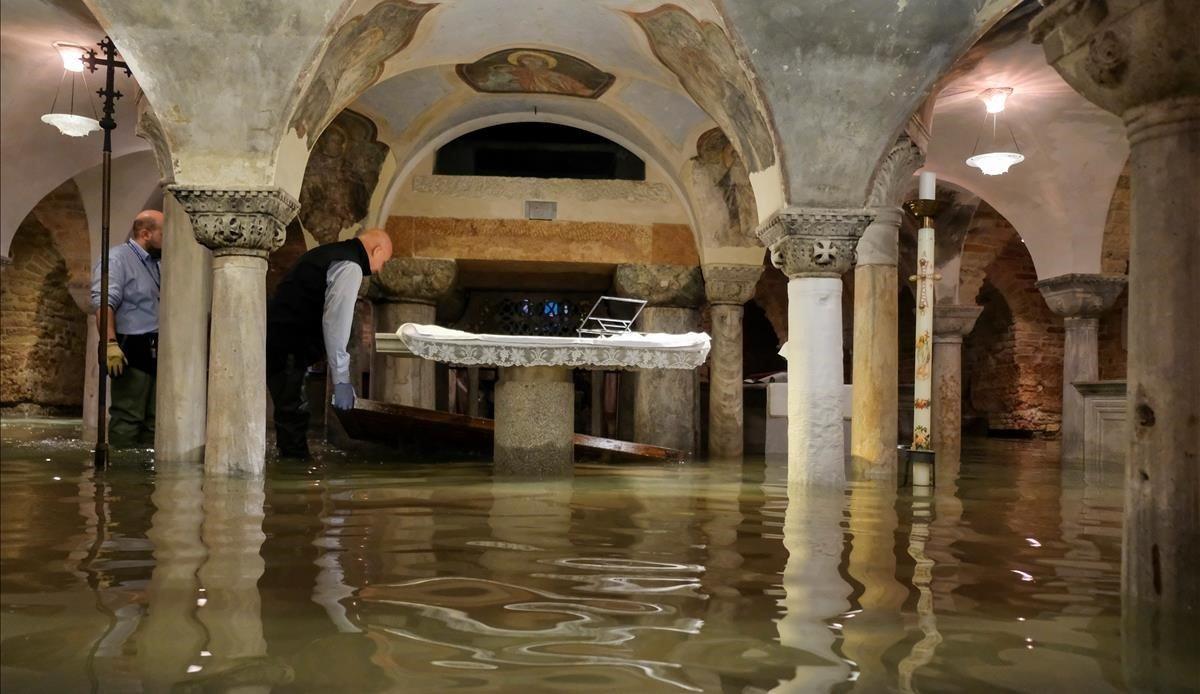 Interior de la basílica de San Marcos, totalmente cubierta de agua.