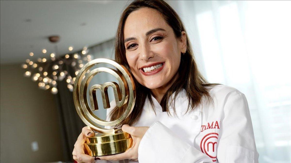 Tamara Falcó, sonriente y feliz, con el trofeo de ganadora de 'Masterchef Celebrity', este jueves en Madrid.