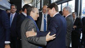 El presidente de Prensa Ibérica, Javier Moll; conversa con el presidente de Bankia, José Ignacio Goirigolzarri, ante la mirada de Juan Roig (Mercadona).