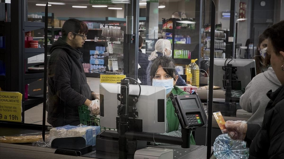 Una cajera de un supermercado de Barcelona, el pasado 25 de marzo.