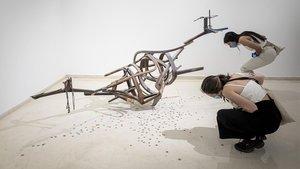 Dos visitantes contemplan una de las obras de la inaugurada exposición de Jorge Peris este lunes en el IVAM