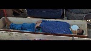 Un alcalde peruà simula la seva mort en un taüt mentre infringia el confinament