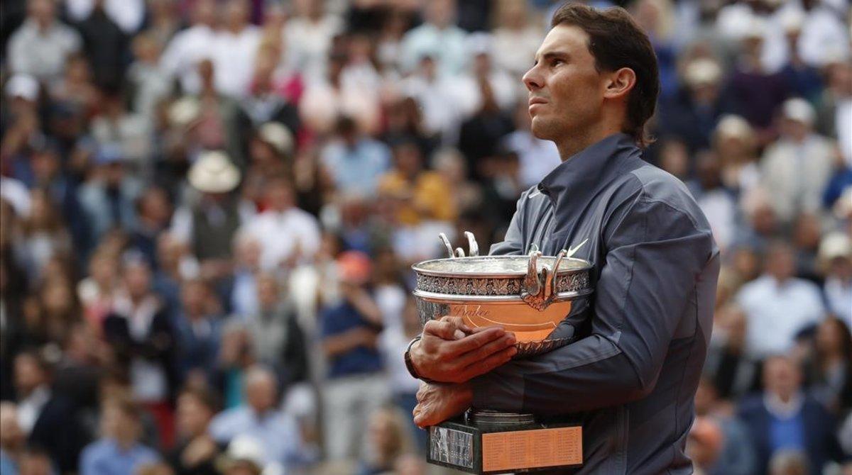 Rafael Nadal, con el trofeo de campeón de Roland Garros, en junio del 2019.