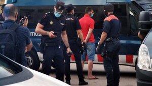 Operación policial en la Barceloneta, la semana pasada.