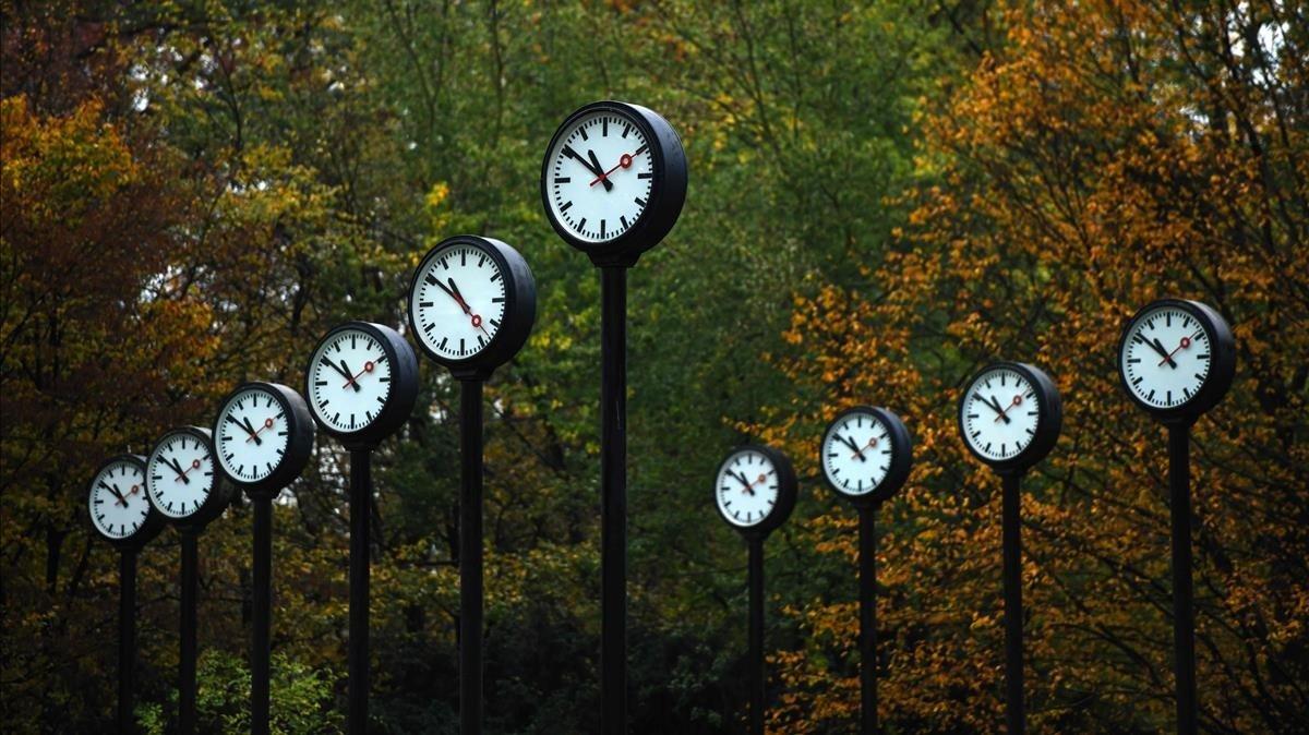 Instalación de relojes del artista Klaus Rinke en Dusseldorf, este viernes.