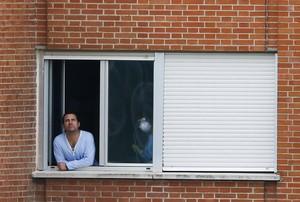 Javier Limón, marit de Teresa Romero, mira per la finestra de la seva habitació.