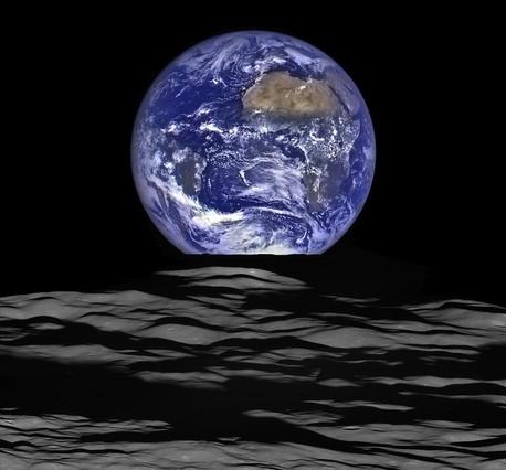 Imagen de la Tierra captada por la nave estadounidense Lunar Reconnaissance Orbiter (LRO), en órbita alrededor de la Luna.
