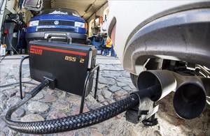 Prueba de emisiones de gases de un vehículo de Volkswagen.