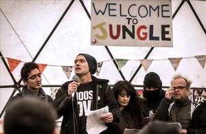 El actor británico Jude Law durante su visita a la Jungla en Calais.