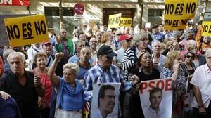 Simpatizantes de Pedro Sánchez, frente a la sede de Ferraz durante el comité federal.