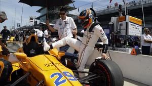 Fernando Alonso sube a su monoplaza durante un entrenamiento en Indianápolis