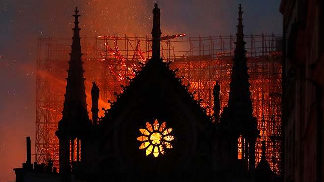 Macron dona les gràcies als que van salvar la catedral de Notre-Dame fa un any