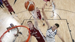 rpaniagua40082811 latvia s rolands smits left jumps to score a basket as slo170918182458