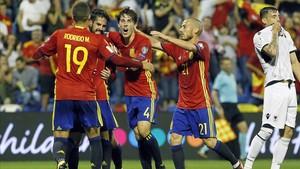 Los jugadores de La Roja celebran el segundo gol ante Albania