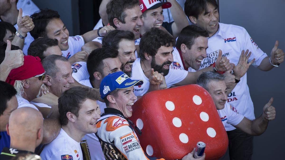 Marc Márquez celebra el título junto a todo su equipo.