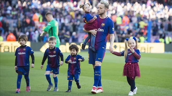 Rakitic, con sus dos hijas, tras posar en la foto de la alineación inicial ante el Athletic.