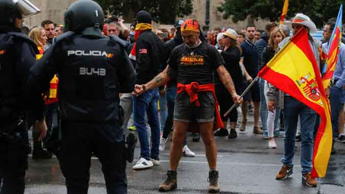 En la manifestación, sin permisos, se canto el Cara al sol y se lanzaron gases lacrimógenos.