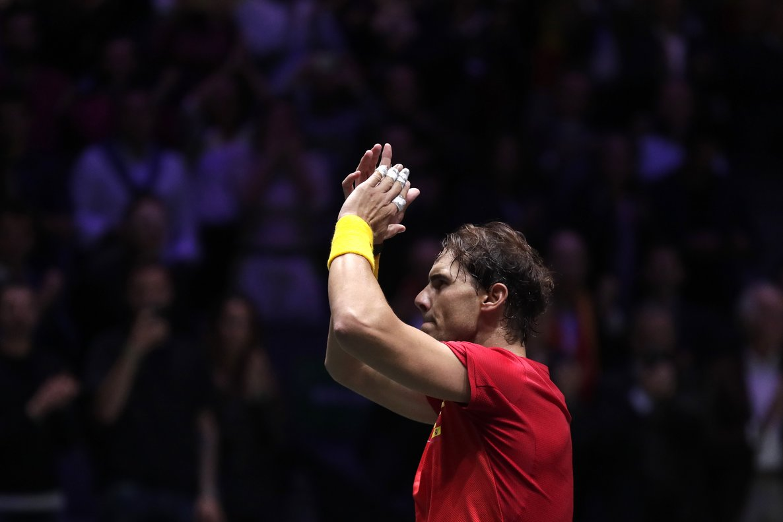 Rafa Nadal aplaude al público de la Caja Mágica tras ganar su partido ante Croacia.