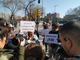 Un acto de Hazte Oír a las puertas de un colegio público en Leganés (Madrid).