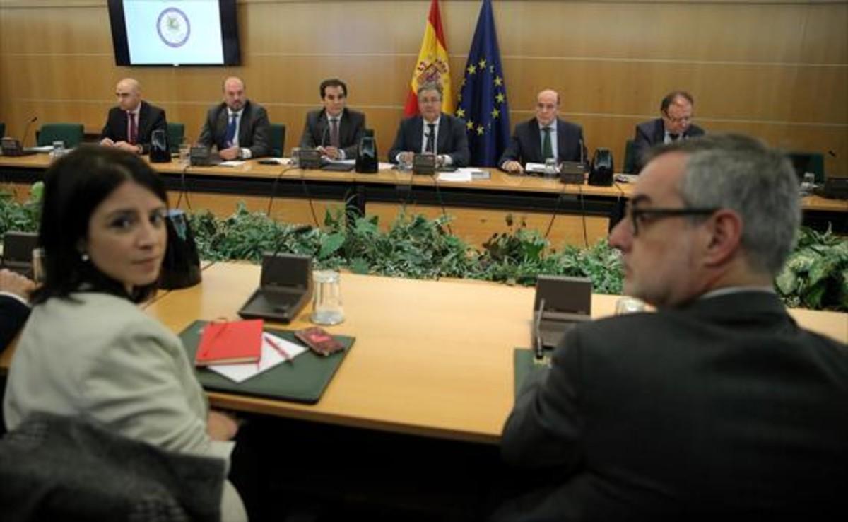 Adriana Lastra (PSOE) y Miguel Gutiérrez (Ciudadanos), ayer en la reunión con el ministro Zoido (centro).