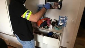 Un agente durante el registro al piso de la Barceloneta.