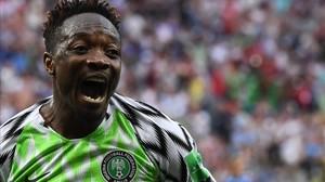 Ahmed Musa comparte su alegría tras anotar el segundo gol de su cuenta y de Nigeria.