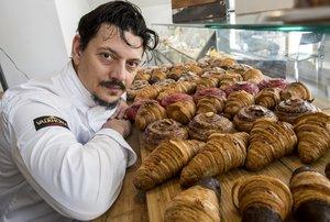 Albert Roca, doble ganador del concurso del mejor cruasán artesano de mantequilla de España, con algunos de los cruasanes que hace es sus pastelerías, Sant Croi by Albert Roca.