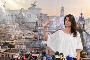 La alcaldesa de Roma, Virginia Raggi, durante una comparecencia ante los medios después de ganar las elecciones en junio de 2016.