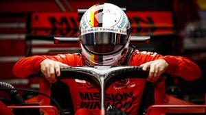El alemán Sebastian Vettel se introduce, hoy, en su Ferrari en el Circuit.