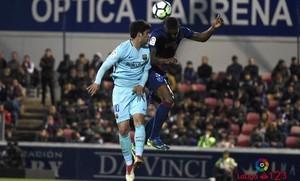 Aleñá, autor del gol del Barça B, pugna con un futbolista del Huesca.