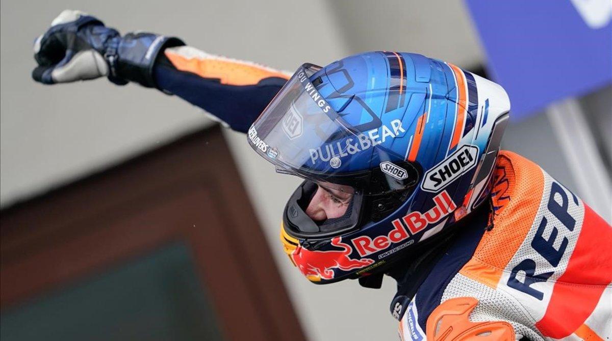 Alex Márquez (Honda) celebra su podio en el corralito de Le Mans.