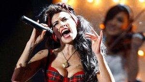 Amy Winehouse actuando en Londres el 20 de febrero de 2008.