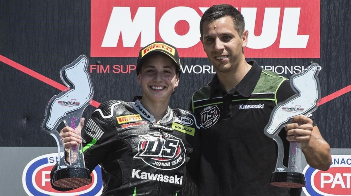 Ana Carrasco, junto a su jefe de equipo, en el podio de Imola, el pasado domingo.