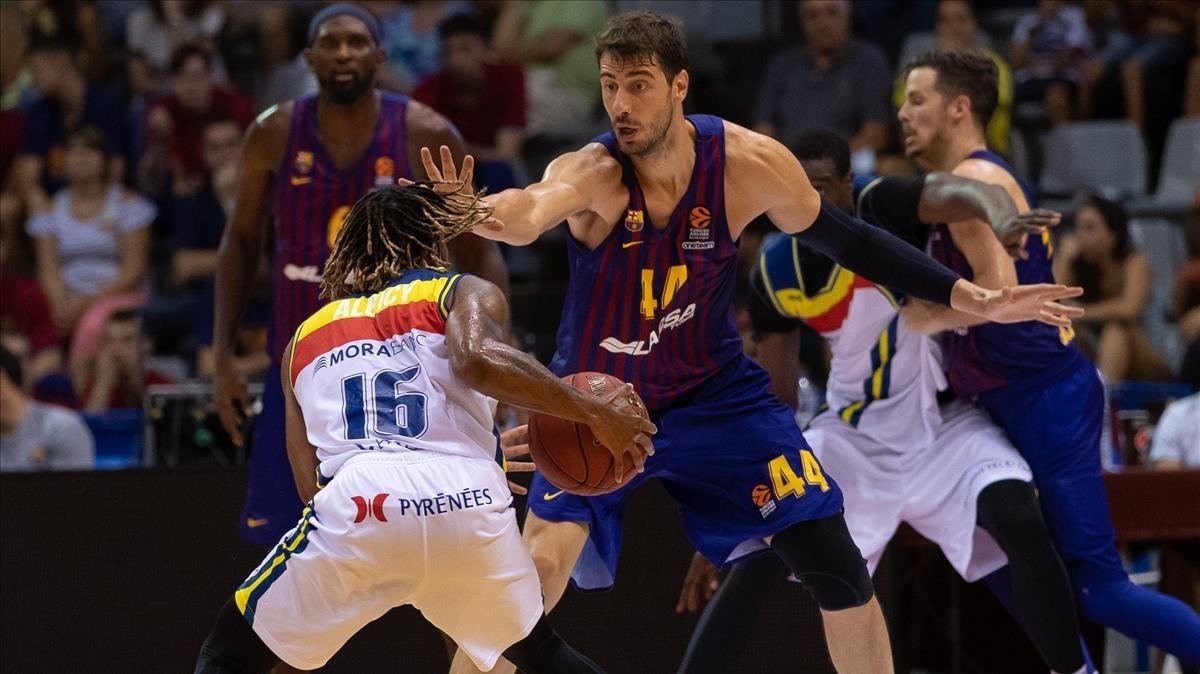 Ante Tomic defiende a Andrew Albicy en la final de la Lliga Catalana.