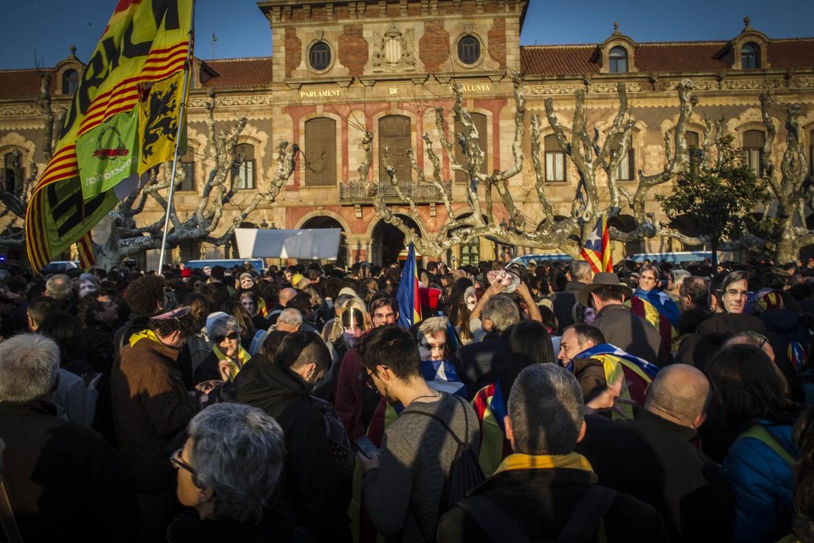 Apoyo a Carles Puigdemont en las inmediaciones del Parlament.