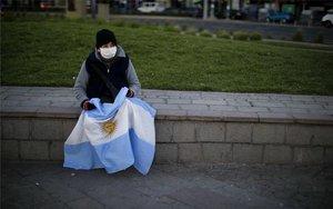 Una persona en Argentina con mascarilla por la pandemia.