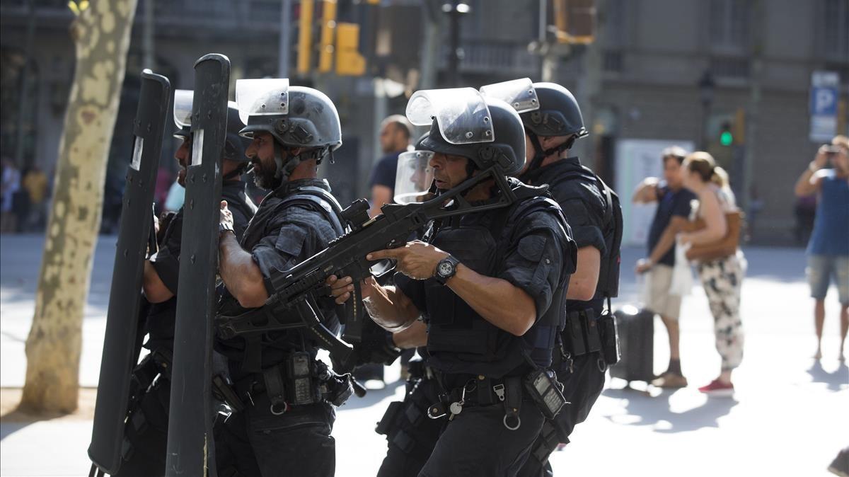 Varios agentes patrullan Barcelona durante el atentado terrorista en las Ramblas.