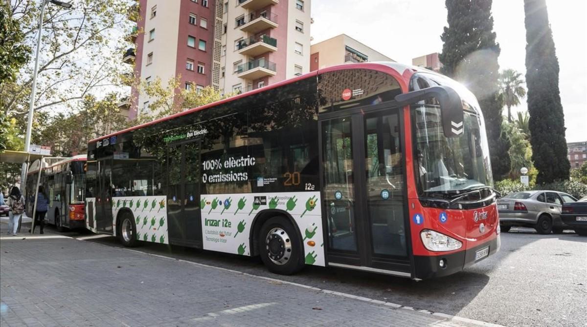 Vehículos menos contaminantes. Un autobús eléctrico de la flota de TMB.