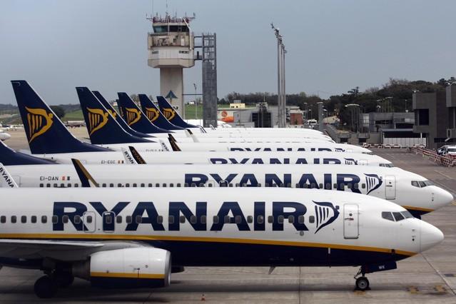 Aviones de Ryanair alineados en el aeropuerto de Girona.