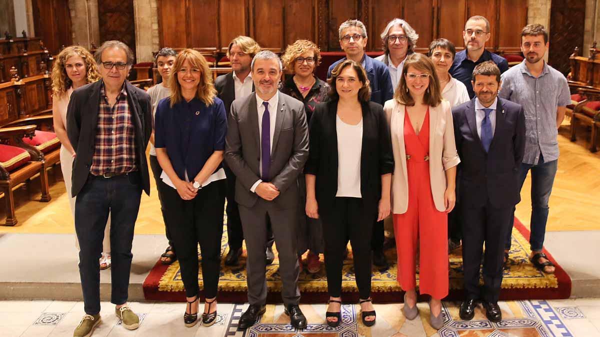 El Ayuntamiento de Barcelona aprueba la organización municipal.