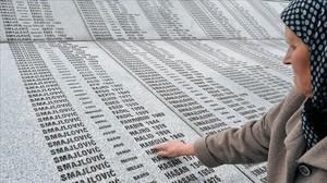 Bida Smajlovic, de 64 años, superviviente de la masacre de Srebrenica, señala el nombre de su marido asesinado y enterrado en el memorial de Potocari, en una imagen tomada el 24 de marzo del 2016.