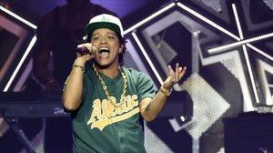 Bruno Mars durante un concierto.