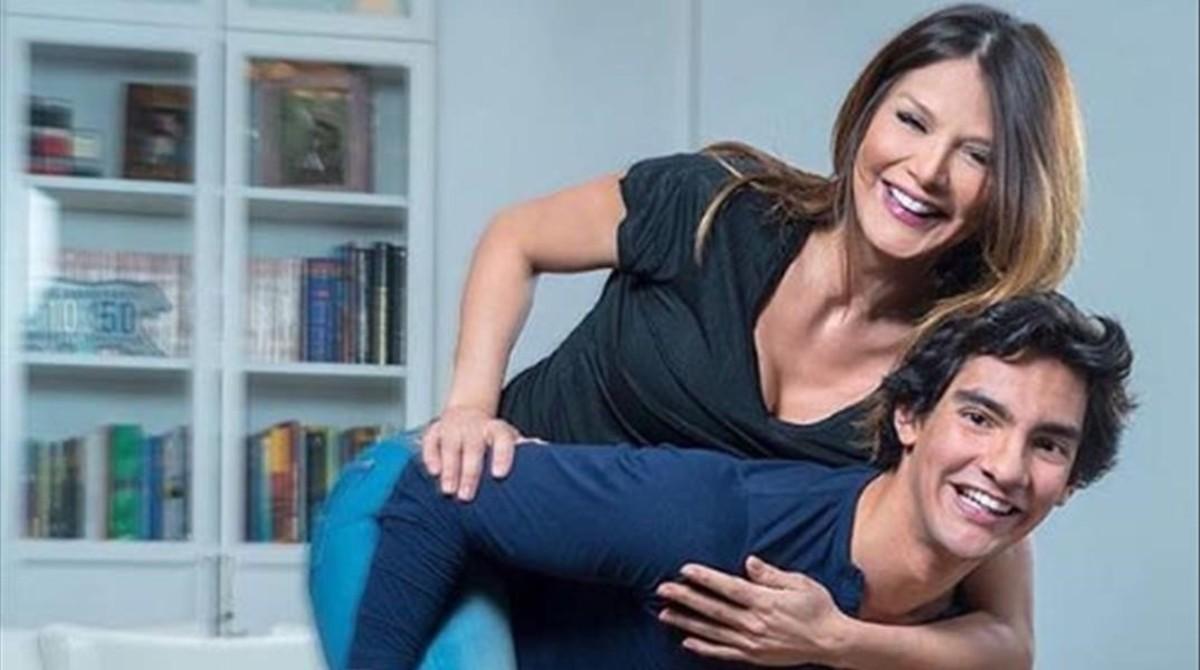 Yvonne Reyes presenta en la revista Semana a su hijo Alejandro, que ha cumplido 18 años.