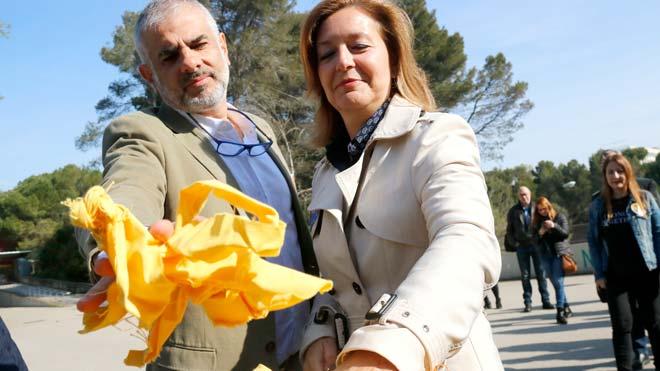 Carina Mejías anuncia que ha pedido a la Fiscalia que investigue a Arran y la CUP por el escrache a Álvarez de Toledo en la UAB. En la foto, retirando lazos amarillos en la UAB junto a Carlos Carrizosa.