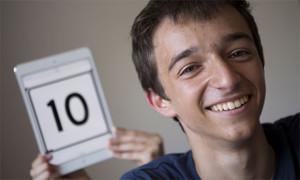 Carlos Domingo sonríe tras saber que ha sacado un 10 en la selectividad.