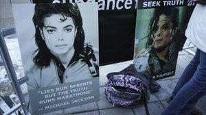 Carteles en apoyo a Michael Jackson a las puertas de la sala de Utah donde se estrenó el viernes el documental 'Leaving Neverland', dentro del festival de Sundance.