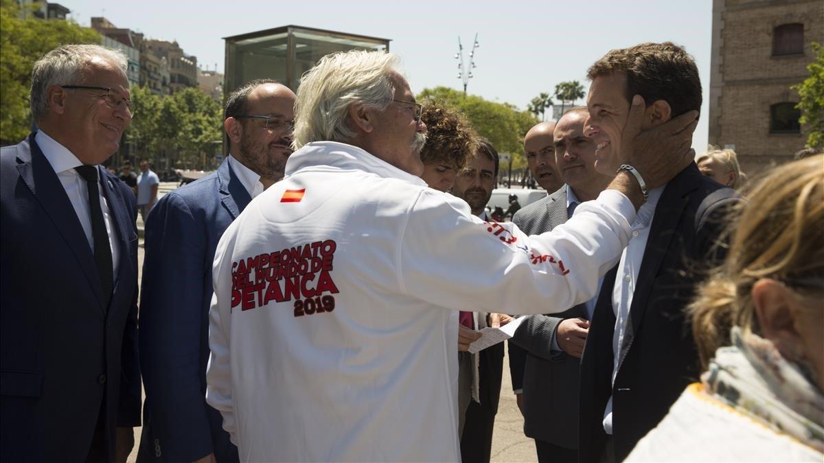 Casado recibe el saludo de un vecino, junto al Palau de Mar de Barcelona, esta mañana